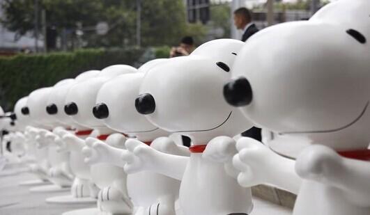 """变""""艺术展拉开帷幕,65只可爱的史努比雕塑已集体亮相申城."""